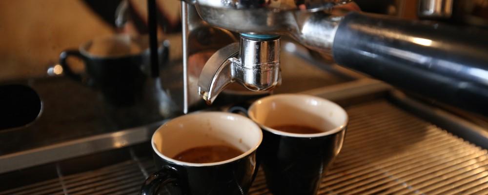 Espresso kopjes onder filterhouder - KoffieTenTje